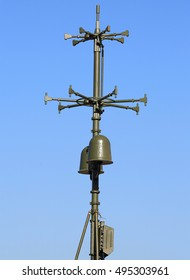 Antenna direction finder with identification device