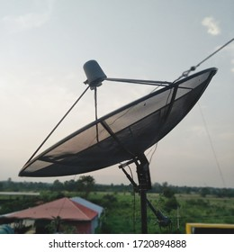 antenna dish for a wave of satellite radio transmitters