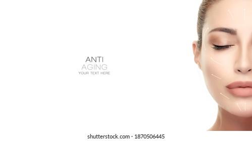 Anti-Aging-Konzept und plastische Chirurgie. Schöne junge Frau, halb Gesicht mit geschlossenen Augen und weißen Pfeilen über Gesicht. Einzeln auf Weiß mit Kopienraum