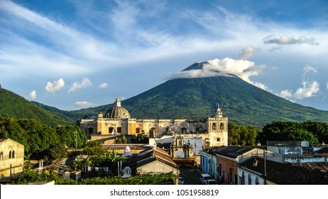 Antigua Guatemala, Volcano