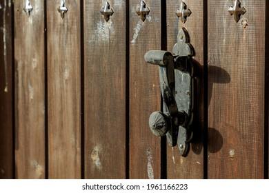 Vestidor de puerta negra antiguo en una puerta de madera