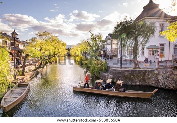 町の中心部を走る倉敷美観歴史地区の湖水都市を走る日本の古風なボート舟遊覧