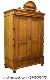 Antiker Holzschrank mit Holzschnitzerei einzeln auf Weiß