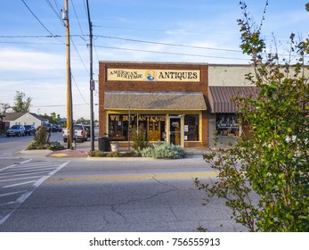 Antiques and Collectibles store in the village of Jenks in Oklahoma - JENKS / OKLAHOMA - OCTOBER 24, 2017