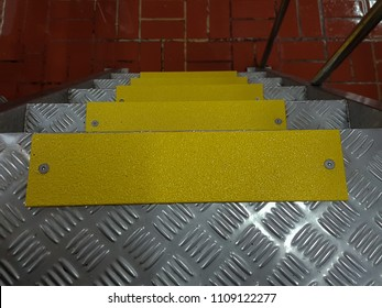 Anti-slip pads yellow appearance, was mounted on a stainless steel ladders.