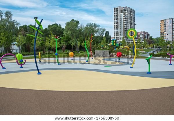antitraumatic-playground-children-courty