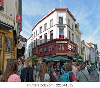 ANTWERP, BELGIUM-OCTOBER 04, 2014: Tourists crowded historical center of the city. Because of events commemorating World War I the city accepted about 100000 visitors
