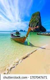 Ao Phra Nang Beach - Thailändisches traditionelles hölzernes Langschwanzboot auf der Halbinsel Railay vor den Kalksteinfelsen, in der Nähe von Ao Nang, der Provinz Krabi, dem Andaman-Meer, Thailand