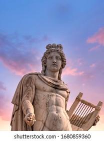 Apollo antike griechische Gott-Statue unter dem dramatischen Himmel, Athen Griechenland