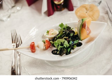 Appetizer with lettuce, melon and ham