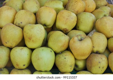 Apple fruit (Malus Domestica), green, yellow or red