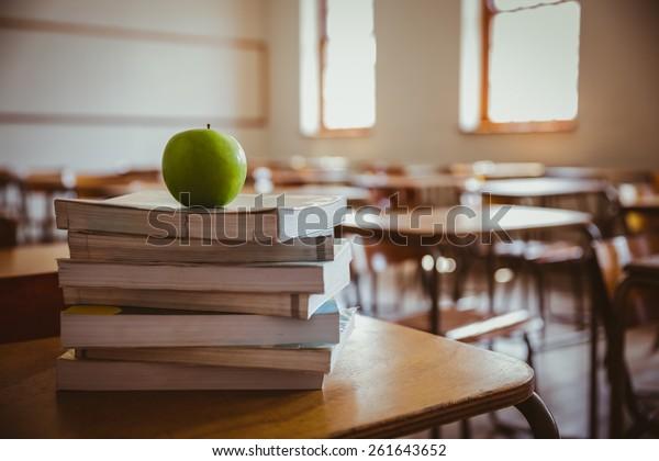 Apfel auf dem Stapel von Büchern in der Grundschule