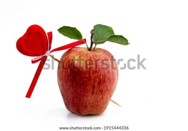 apple-pierced-by-arrow-love-600w-1915444