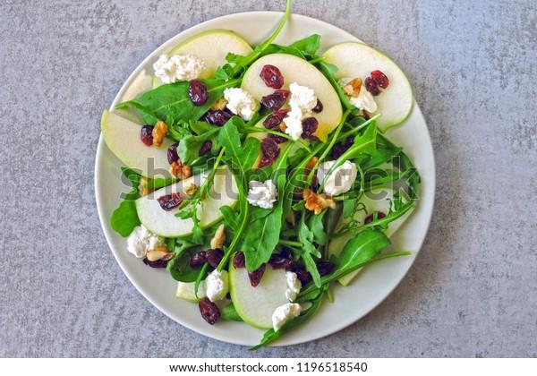 アップルサラダとアルキュラ、コテージチーズ、ドライクランベリー。ケトダイエット用サラダ。ケト・ランチのアイデア。