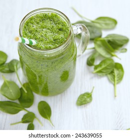 Apple and spinach green smoothie in mason jar