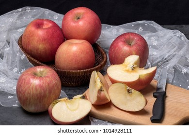 The apples on the table, and the slices
