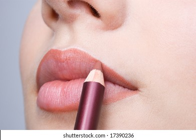 applying lips contour
