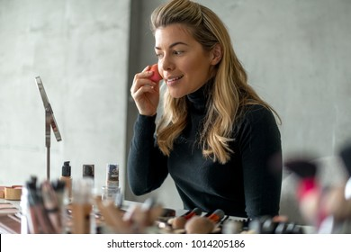 Applying powder on the face, make up tutorial