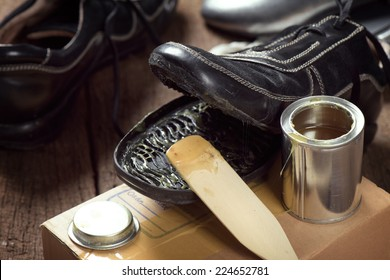 applying rubber adhesive to the shoe, shoe repair