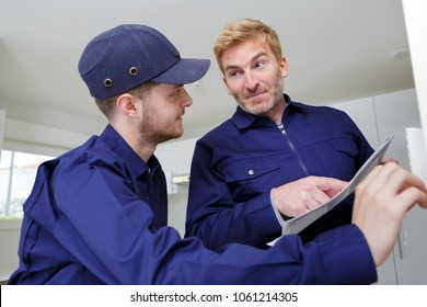apprentise tradesman talking to his supervisor