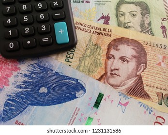 approach to argentine banknotes and calculator
