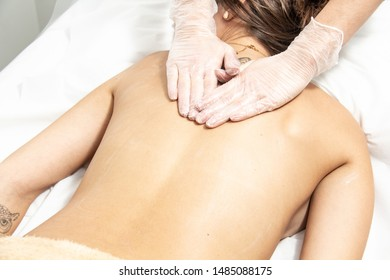 Aprenda a pronunciar Relaxing Massage, Drainage Massage and Aesthetic Apparatus Made to Model Women's Body