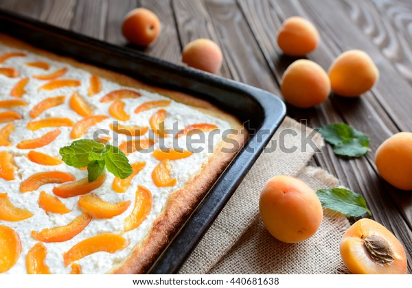 Apricot pie with curd