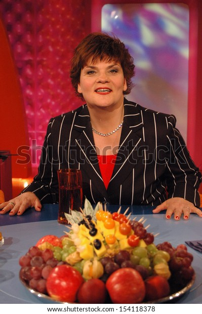 """APRIL 2, 2005 - BERLIN: Gayle Tufts before a tv-production """"Blond am Freitag"""" (ZDF), Berlin."""