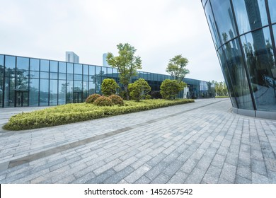 In April 2018, a commercial square was photographed in Qianjiang New Town, Hangzhou.