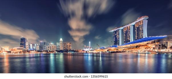 April 2018 - Singapore - Marina Bay in evening in Singapore