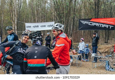 April 22, 2018, Krevo, Belarus.Beetle Trail Krevo Opening of the season Cross-country in Medvezhino A group of cyclists standing in the woods