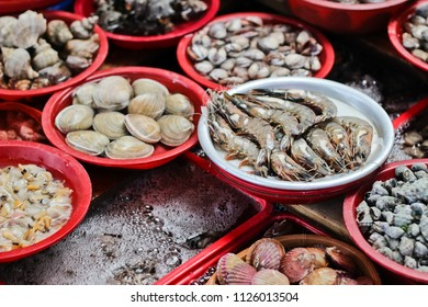April 27, 2018 :Sale of Fresh clams, mussels, prawns, octopus and other seafoodJagalchi fish market, located on the shoreside road in Busan's Jung-gu, is Korea's largest seafood market.