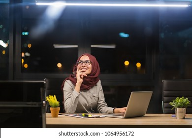Arab lady working at the office