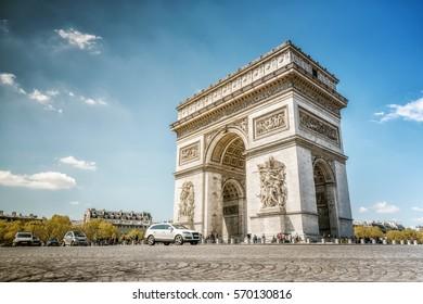 arc de triomphe in paris in summer