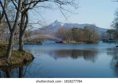 駒ヶ岳と大沼のアーチ橋