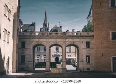 Les arcades de l'entrée de la cour intérieure, au château de Pau.