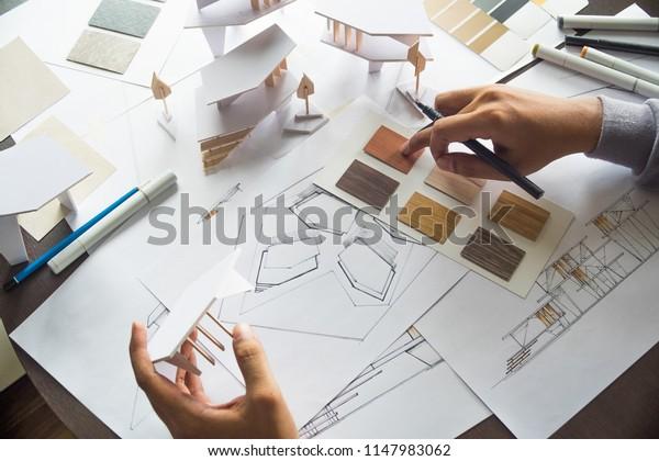 Architekten-Design-Entwurf Entwurf Zeichnungen Pläne und machen architektonische Baumodell-Modell in Architekturstudio