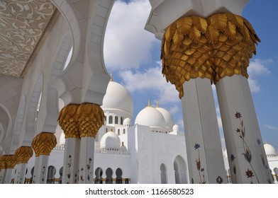 Architecture and column details of Sultan Qaboos Grand Mosque - Muscat - Oman