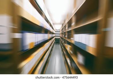 Archivieren Sie die Details der Lagerräume, Holzregale mit Dokumenten, die in einem alten Archiv gespeichert sind, Radial-Zoomfilter.