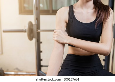 Arm pain by a weight lifting exercise in gym