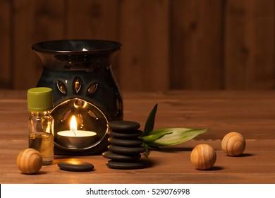 Aroma-Lampe mit brennender Kerze. Aromatherapie. Grundöl. Saal