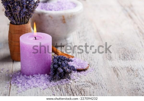 Aromatherapie-Konzept, Kerze mit Lavendelblumen