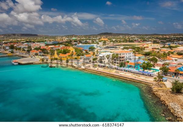 Ankunft auf Bonaire, Fangen von Schiff in der Hauptstadt von Bonaire, Kralendijk in dieser schönen Insel der Karibischen Niederlande, mit ihren paradiesischen Stränden und Wasser.