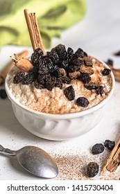 Arros with milk with raisin and cinnamon