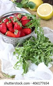 Arrugula salad with strawberry and lemon