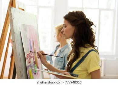 école d'art, créativité et concept humain - femme avec chevalet, palette et peinture à la brosse au studio