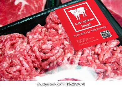 Künstliches Rindfleisch Lab im Einzelhandel Supermarkt aufstrebenden Bereich der Lebensmittelproduktion mit Etikett. Zukunftstrend der Biotechnologie , Konzept der künstlichen Lebensmittel 4.0.