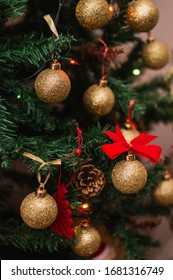 Árbol artificial de Navidad decorado con brillantes bolas y decoraciones.