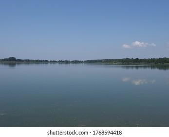 Künstlicher Teich in der europäischen Goczalkowice Stadt im schlesischen Bezirk in Polen, klare blaue Himmel im Jahr 2020 warm sonnigen Frühlingstag im Juni.