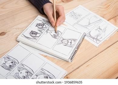 Künstler zeichnen ein animiertes Comic-Buch in einem Studio.